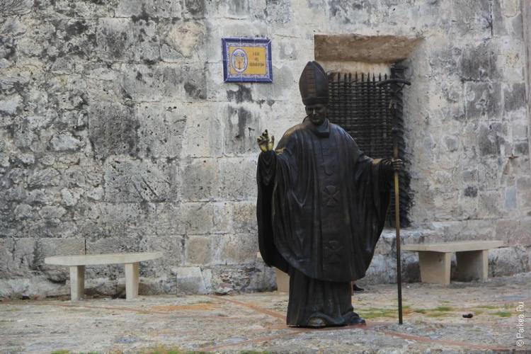 Скульптура Папы Римского