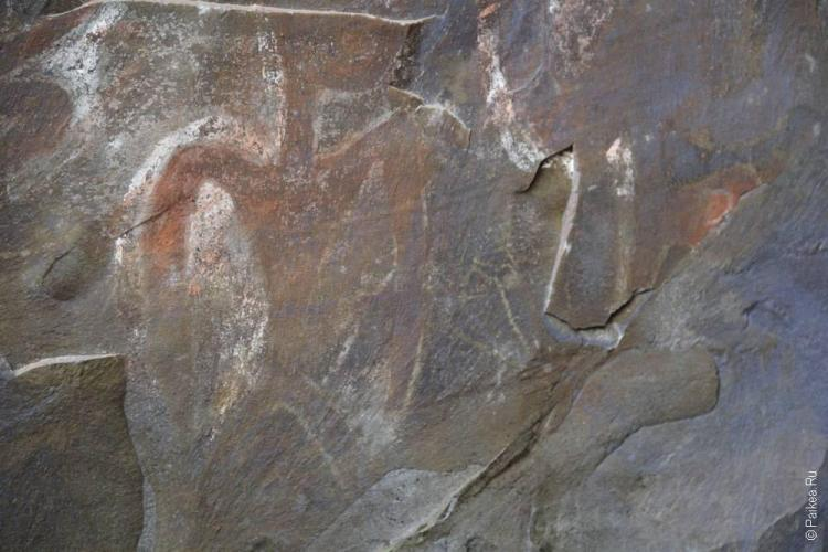 Петроглифы на стенах пещеры
