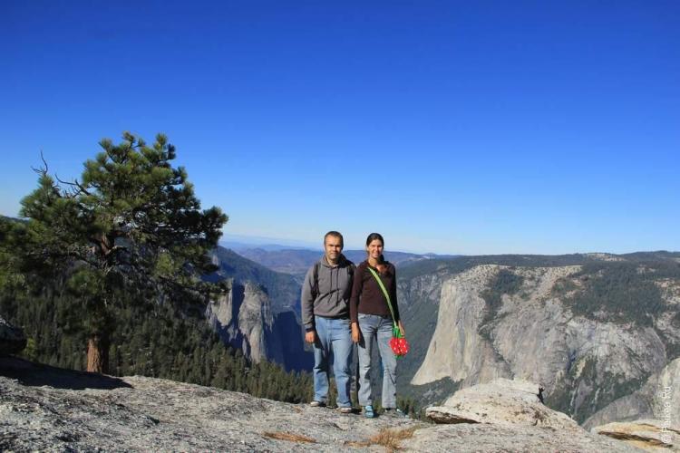 Позади нас знаменитая скала Эль Капитан