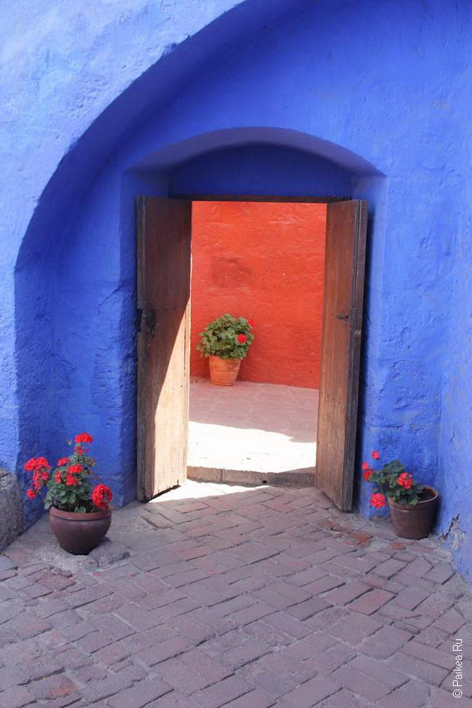 Красочный монастырь Санта-Каталина
