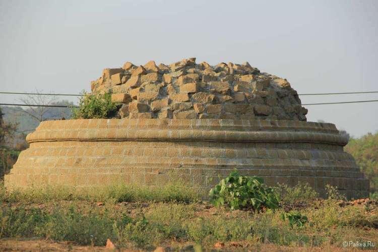 Полуразрушенная пагода в Мраук-У