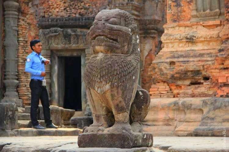 Статуя льва у храма Преа Ко и человек