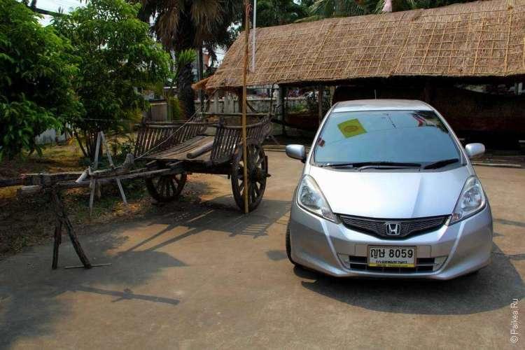 машина на территории храма
