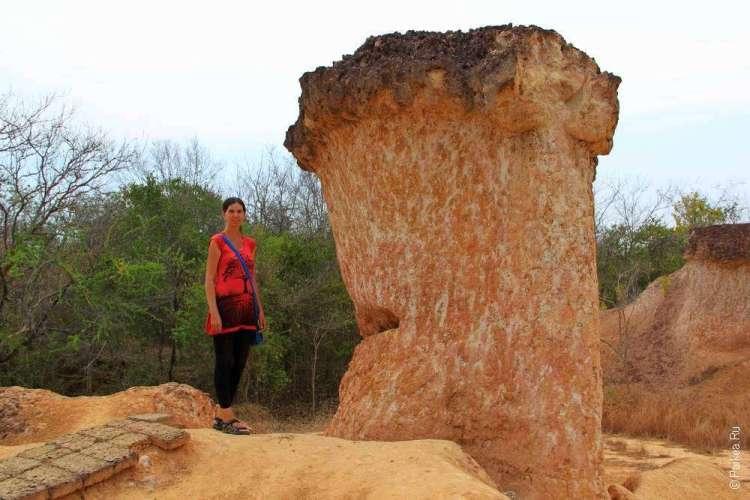 Человек на фоне каменного гриба