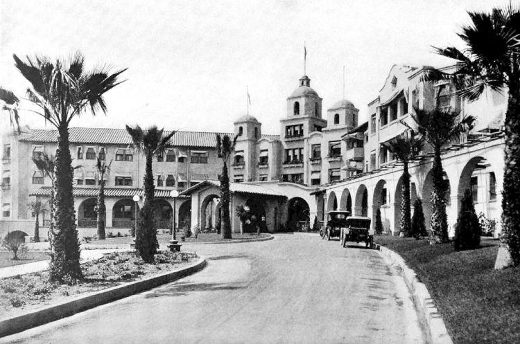 Главный вход в отель Беверли-Хиллз
