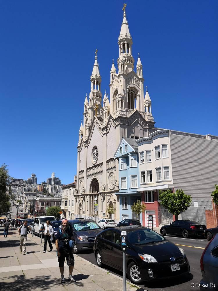 Парковка на Вашингтон-Сквер рядом с Церковью Святых Петра и Павла в Сан-Франциско