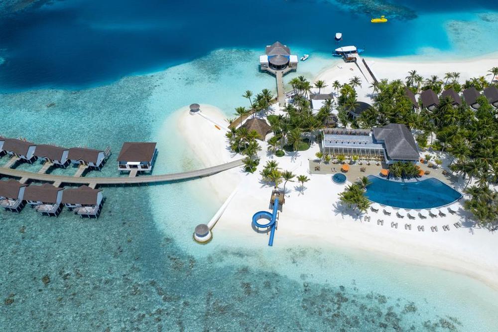 мальдивы отель с водной горкой на пляже