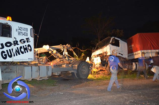Cinco veículos envolvem-se em acidente na 364