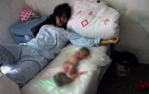 Mulher é forçada a abortar e obrigada a dormir com o feto