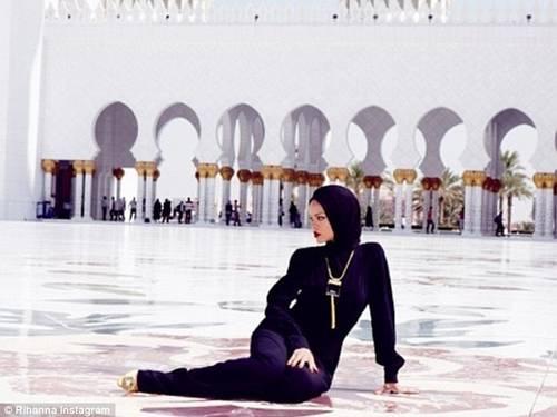 Rihanna é obrigada a deixar mesquita após fotografias