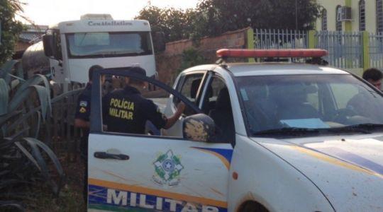 Revoltado com Italac, caminhoneiro joga 10 mil litros de leite nas ruas de Jaru