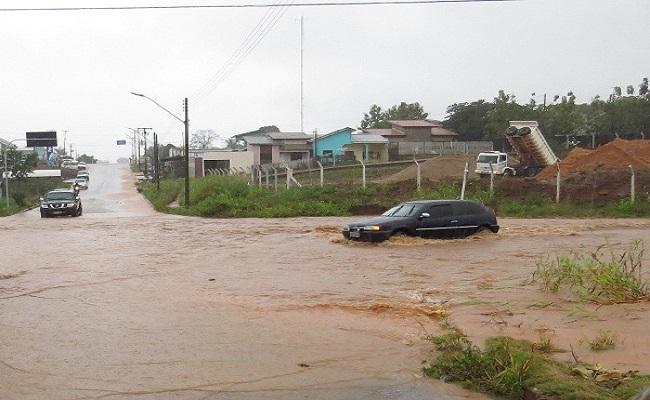 Forte chuva inunda casas e alaga ruas em Colorado