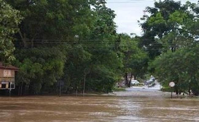 Rio transborda e alaga casas e comércios em Cacoal