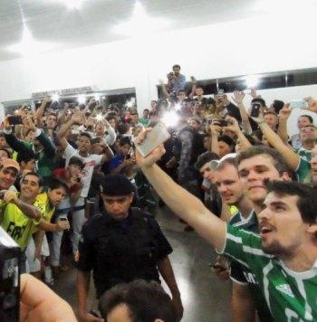 Time palmeirense fica admirado com a recepção dos torcedores no aeroporto em Vilhena