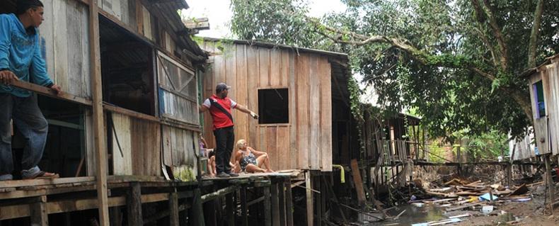 Famílias são removidas de área de risco pela Prefeitura