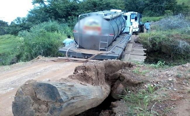 Ponte desaba durante travessia de Caminhão Leiteiro