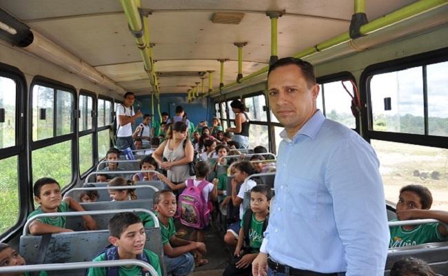 Vereador chama PM para apreender ônibus escolar dos alunos na área rural