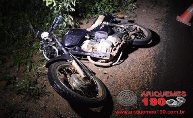 Ariquemes – Motociclista tenta ultrapassagem e colide com carro em sentido contrario