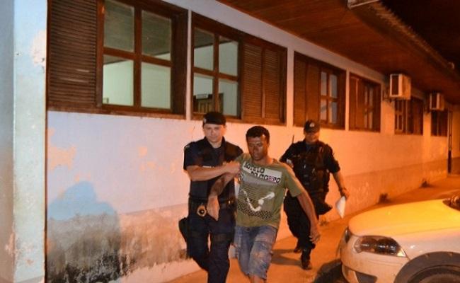 Homem embriagado escala parede de três metros para furtar e dorme na escada