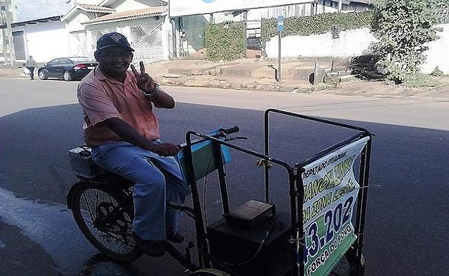 Candidato realiza campanha de bicicleta em RO