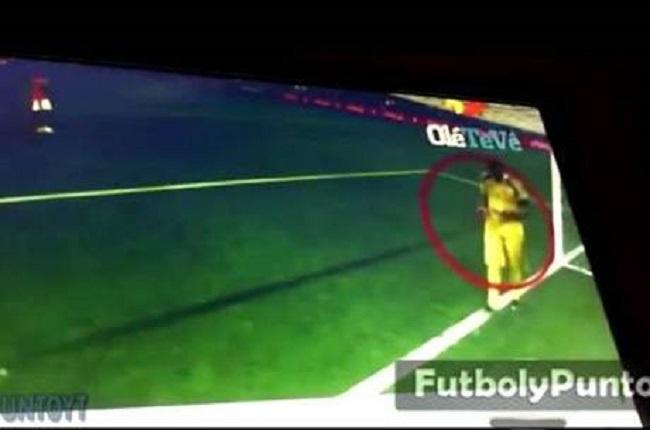 """Goleiro argentino é flagrado com """"cola"""" antes da cobrança de pênaltis da Holanda"""