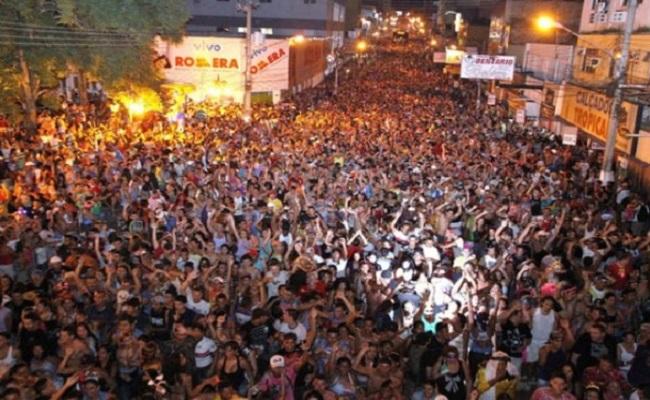 Banda mantém tradição e estima cerca de 100 mil na avenida