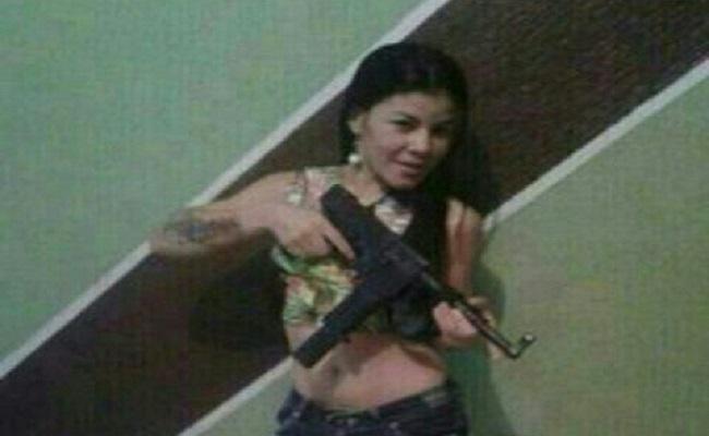 PM prende mulher que se exibia com armas em rede social