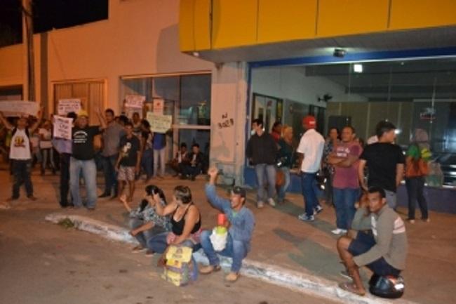 Ocupantes do Jardim Europa acampam em frente a prefeitura após receberem ordem para desocupação
