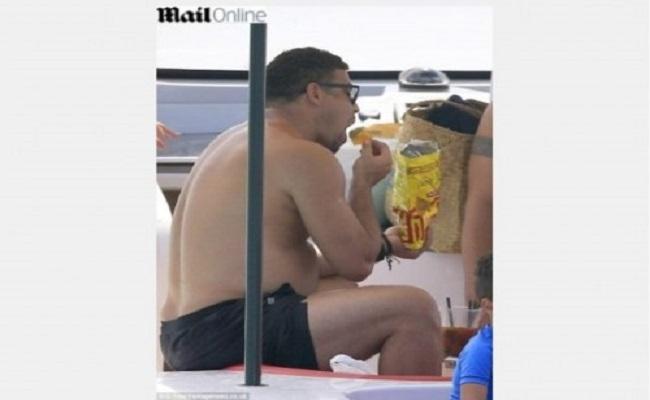 Ronaldo aproveita férias fumando, comendo e mostrando a pança