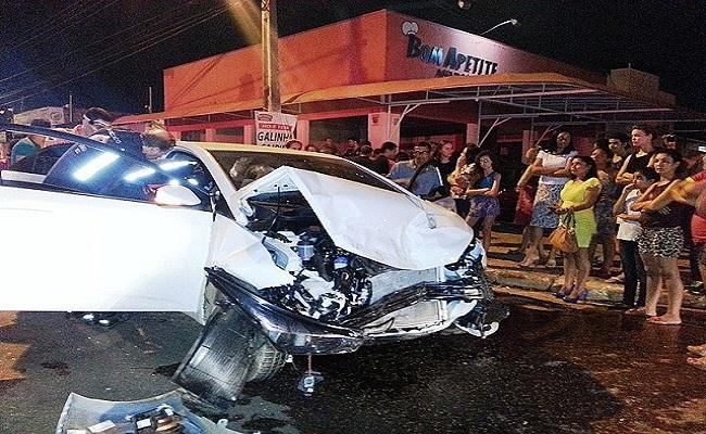 Motorista avança cruzamento e provoca grave acidente