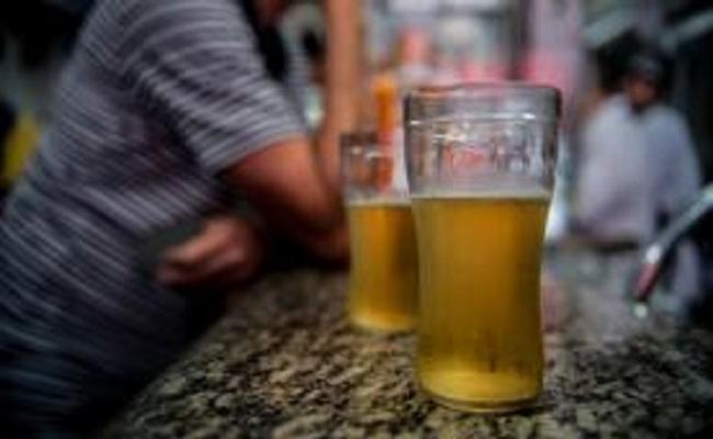 Dois copos de cerveja por dia podem aumentar em 20% suas chances de câncer