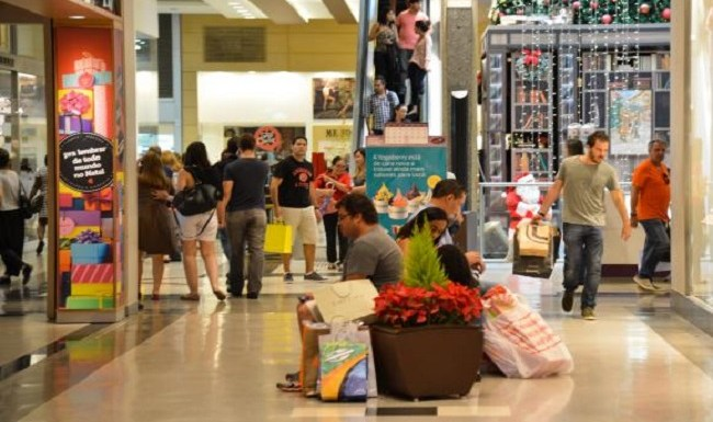 Consumidores buscam presentes de última hora e shoppings ampliam horário