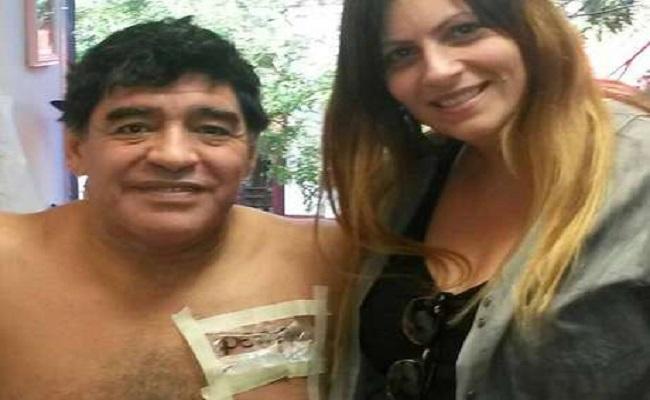 """Maradona tatua palavra """"cachorra"""" em homenagem à namorada"""