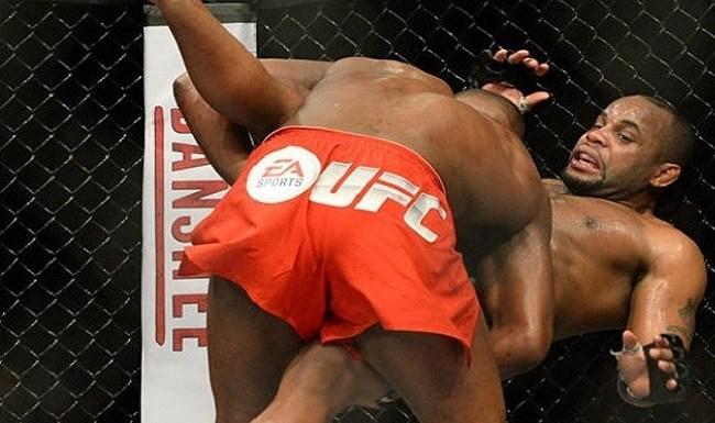 Jon Jones abusa da ironia e volta a provocar Cormier após vitória no UFC 182