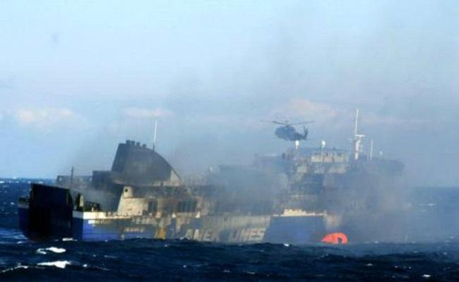 Balsa que pegou fogo no Mar Adriático é rebocada