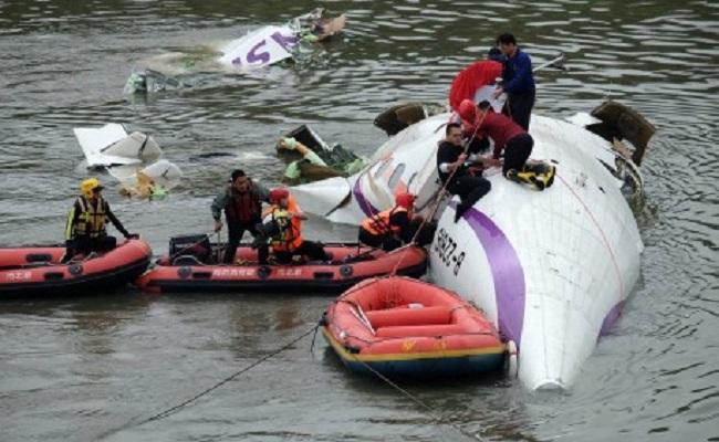 Sobe para 23 número de mortos em acidente com avião em Taiwan