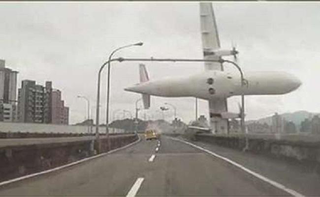 Avião cai após bater em viaduto; veja o vídeo