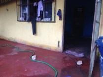 Maré deixou marca da água na parede das casas do bairro