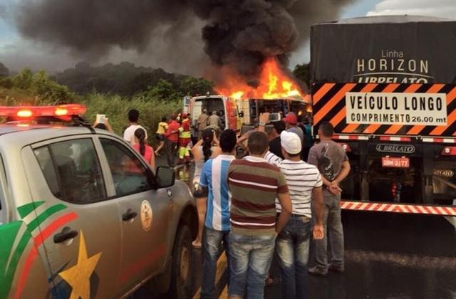 Cinco mortos e 35 feridos em acidente entre ônibus e carreta na BR 364