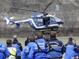 Polícia Francesa e unidades de resgate se preparam para busca no local do acidente