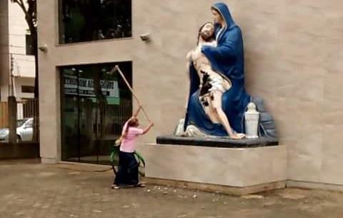 Evangélica é presa ao tentar destruir imagem de santa