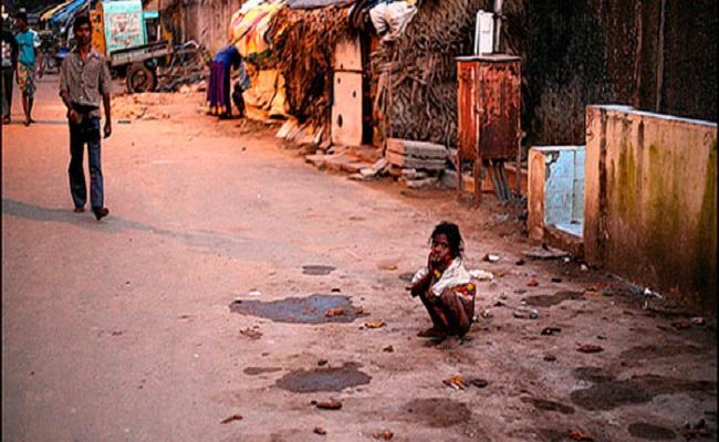 Índia cria 'muros da vergonha' contra pessoas que defecam ao ar livre