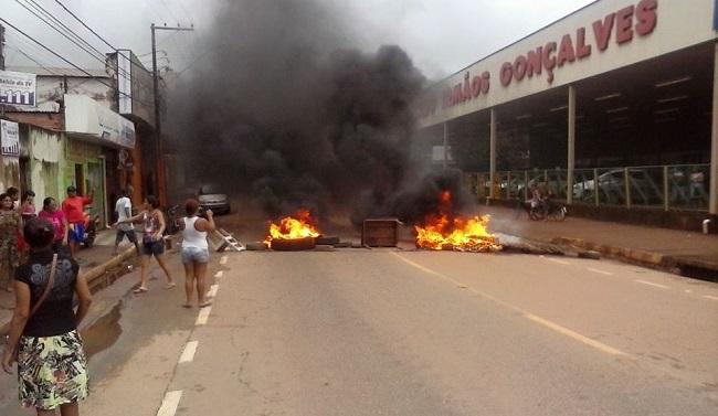 Moradores fecham a avenida Jatuarana em protesto