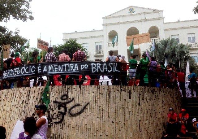 """""""Exército do Lula"""" invade Porto Velho """"em defesa da Petrobrás"""""""