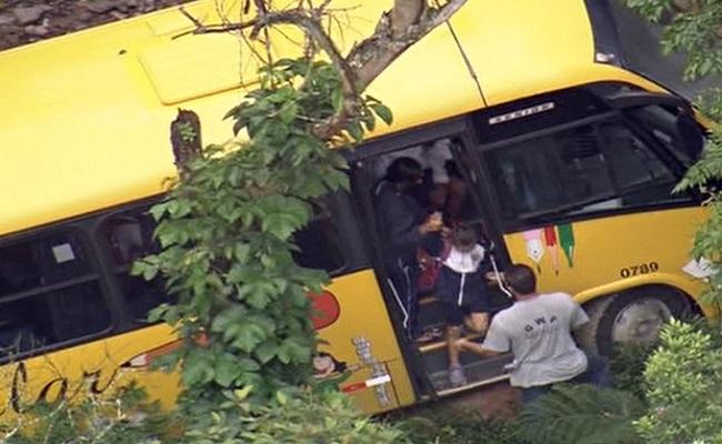 Ônibus escolar desce ribanceira no ABC e para em árvore
