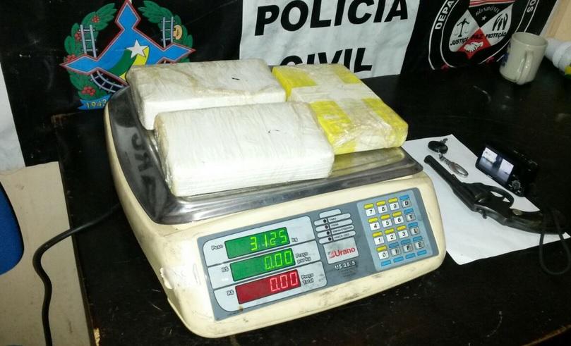 Polícia apreende suposto traficante com três quilos de cocaína e uma arma de fogo