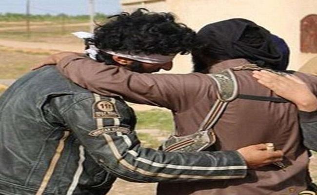 Condenado à morte por ser gay, iraquiano abraça executor