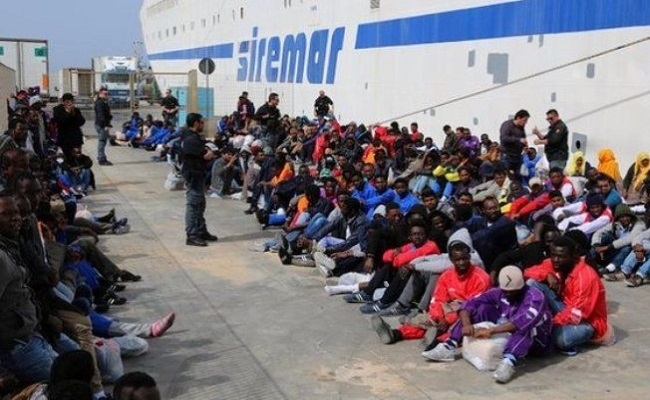 Embarcação naufraga com 700 pessoas a bordo no Mar Mediterrâneo