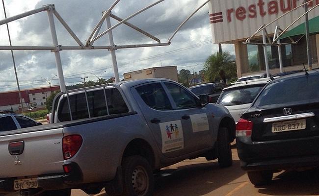 Carro oficial de Presidente Médici é flagrado em supermercado da capital