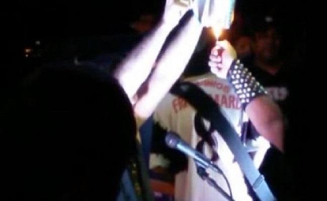 Banda queima bíblia em show e reitor proíbe eventos na UFAC